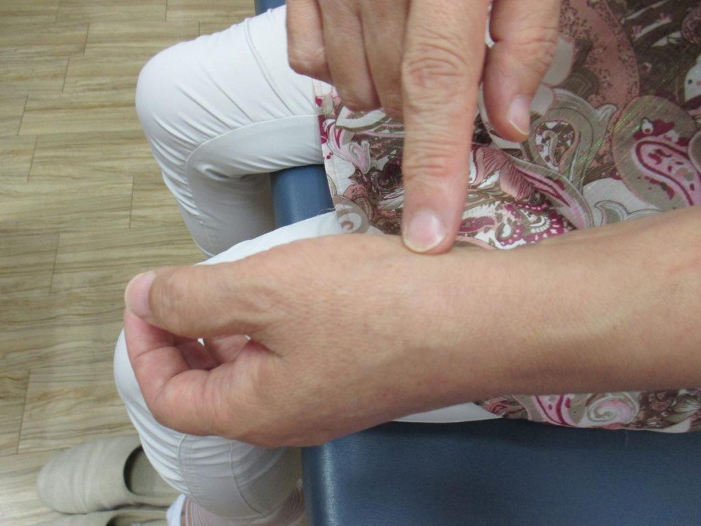 親指の付け根・甲側の痛み